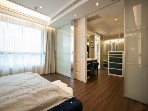 客厅与卧室的玻璃隔断效果图