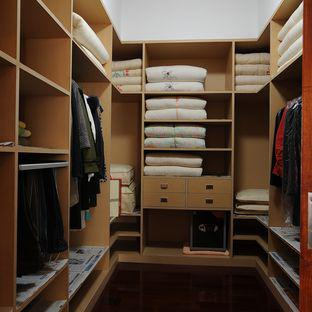 隐藏在衣帽间整体衣柜中的更大收纳空间
