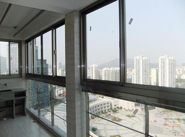 阳台铝合金门窗价格大不同,该怎么选?