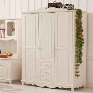 时尚的象牙白衣柜