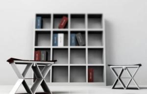 折叠书柜中的折叠凳