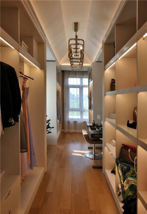 现代步入式衣柜