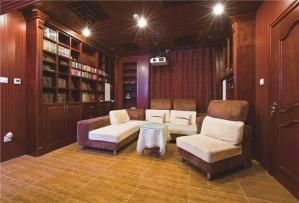 全实木设计的客厅书柜墙