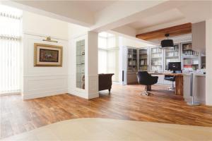 开放式书房与客厅书柜