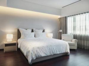 主卧室的床白色用品