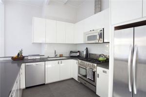 白色与不锈钢整体橱柜图