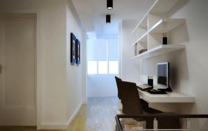 阁楼转角家庭书房装修效果