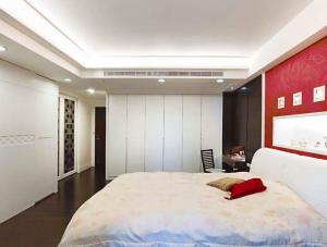 主卧室的床背景墙