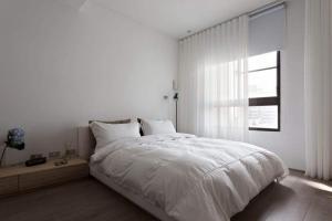 全白色主卧室的床