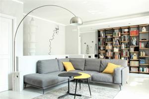 北欧极简客厅书柜墙