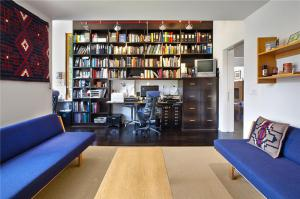 客厅书柜实拍图
