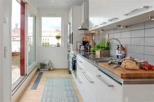 狭长式阳台改厨房效果图